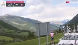 YOUTUBE Tom Dumoulin al Giro d'Italia si ferma per problemi intestinali, poi riparte
