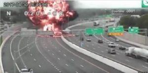 Contromano in autostrada si scontra con tir che trasporta benzina: esplode tutto