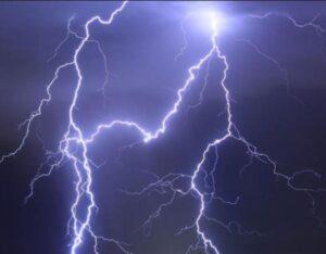 Nubifragio a Roma: crolla albero a Prati, grandine all'Eur