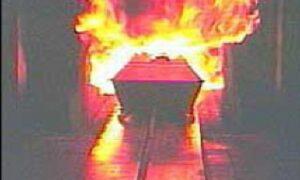 Il corpo da bruciare è troppo grasso, il forno crematorio va a fuoco