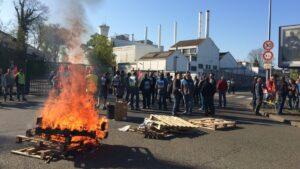 Francia, operai minano fabbrica con bombole di gas