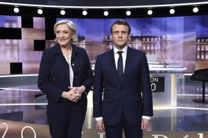"""Macron-Le Pen, scontro in tv: """"Xenofoba"""". """"Guiderà una donna: o me o la Merkel"""""""
