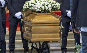Pompei, donna sputa sulla bara durante un funerale e viene linciata