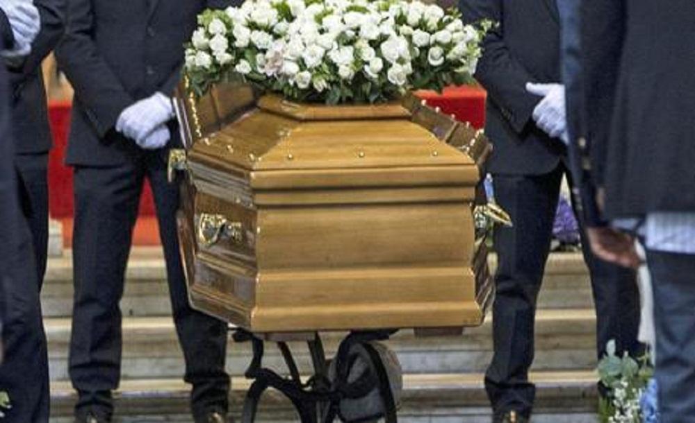 Donna sputa sulla bara, rissa al funerale. E' corsa al Lotto