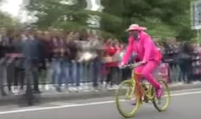 YOUTUBE Giro d'Italia, uomo in bicicletta invade la pista. Arriva la polizia e...