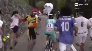 Ciclismo: il Giro d'Italia assediato da vestiti da pagliacci, esibizionisti urlanti