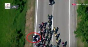 YOUTUBE Giro d'Italia: Geraint Thomas e Mikel Landa cadono colpiti da moto