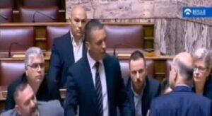 Grecia, rissa in parlamento, deputato Alba Dorata prende pugni collega