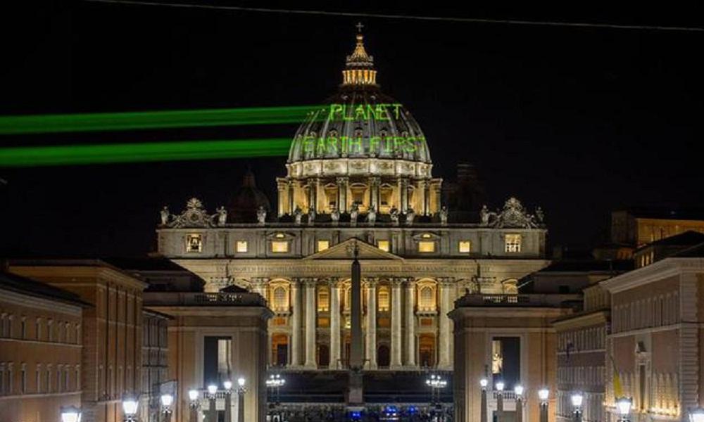Trump: nella notte messaggio di Greenpeace su cupola San Pietro FOTO