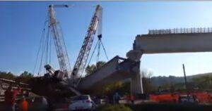 Varese, gru crolla: il cavalcavia che sta costruendo è troppo pesante