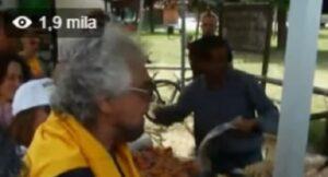"""YOUTUBE Beppe Grillo dal fruttivendolo: """"Fammi lo scontrino che ci riprendono"""""""