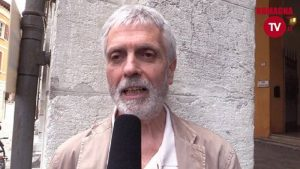 Vaccini. Contro l'obbligo l'ex grillino Gustavo Rosso s'incatena in piazza e fa lo sciopero della fame