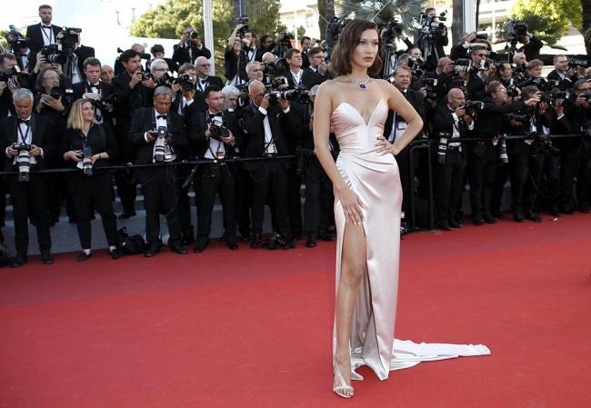 Cannes, Bella Hadid e il vestito con spacco estremo FOTO