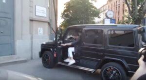 """Andrea Iannone parcheggia su marciapiede col suv. Poi la sposta e se la ride: """"Chiedo scusa"""""""