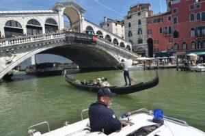 Venezia, bimbo piange a bordo: vaporetto torna indietro per riportarlo dalla mamma