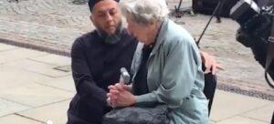 Attentato Manchester, imam e anziana ebrea pregano insieme