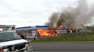 Stazione di servizio in fiamme crolla: pompiere intrappolato sotto le macerie