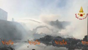 YOUTUBE Pomezia: vigili del fuoco cercano di spegnere incendio Eco X