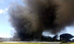 """Incendio Pomezia, nube tossica. L'allarme: """"Sospetto amianto"""". Raggi: """"Finestre chiuse in 21 comuni"""""""