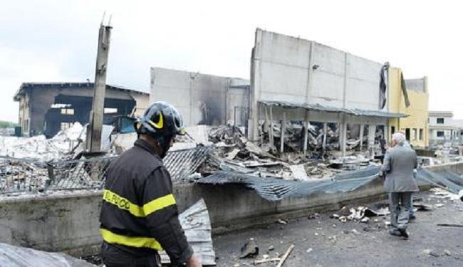 Scintille sul polistirolo, a Leinì una fabbrica in fiamme