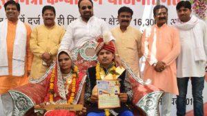 YOUTUBE India, bastone di legno per picchiare i mariti ubriachi: il regalo del ministro alle spose