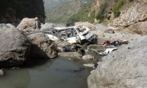 India, bus di pellegrini precipita nel fiume: 21 morti