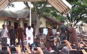Indonesia, coppia gay frustata in pubblico 85 volte