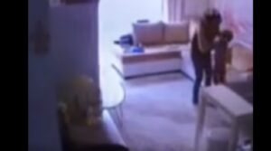 Tata picchia bimbo di 2 anni: genitori lo scoprono dalla telecamera nascosta