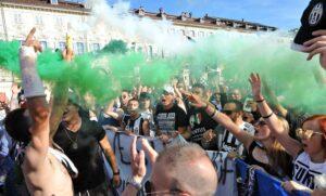 La Juventus ha vinto il sesto scudetto consecutivo, i tifosi festeggiano nelle foto Ansa