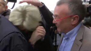 Marine Le Pen contestata con lanci di uova in Bretagna. A Macron endorsement di Obama