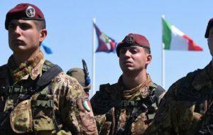 """Leva obbligatoria, in Italia torna il """"militare""""? Il ministro Pinotti ci pensa"""