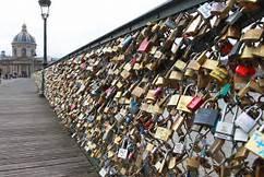 ''Lucchetti dell'amore'' a Parigi