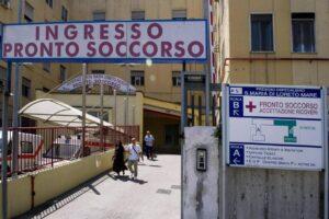 Napoli, ospedale Loreto Mare: alcova con preservativi nel bagno