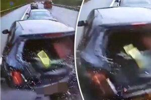 Camion non frena e distrugge tre auto in fila