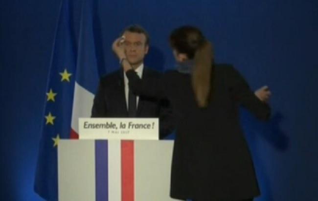 Mentana ferma la pubblicità per far vedere l'ultimo tocco di cipria a Macron VIDEO