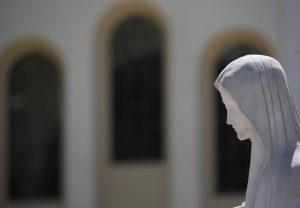 """Medjugorje, il Papa non ci crede: """"La Madonna non fa orario d'ufficio"""". Ma il business fa 2,5 milioni di pellegrini"""