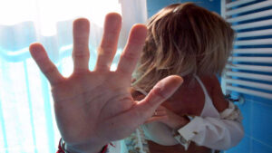 """Pisa, ex marito a processo per stalking. Lei accusa: """"Costretta a farlo davanti ai figli"""""""