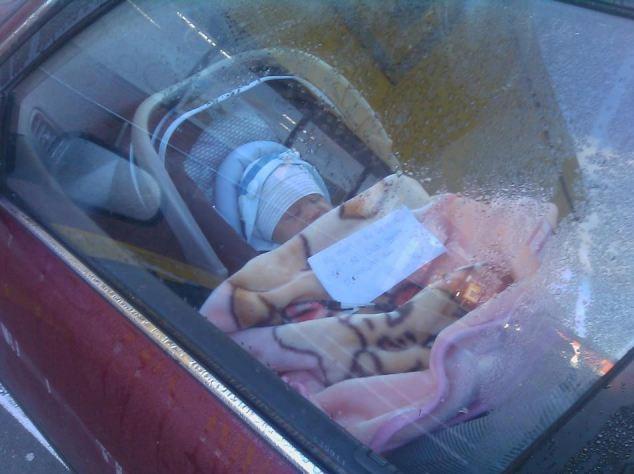 """""""Mamma è a fare la spesa"""": biglietto nella culla del neonato che dorme in macchina fa infuriare il web FOTO"""