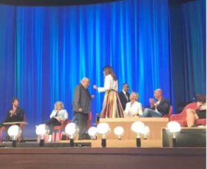 Maurizio Costanzo balla il cha-cha-cha con Ambra Angiolini VIDEO