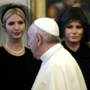 Melania e Ivanka Trump: abito nero e velo per l'incontro con Papa Francesco FOTO