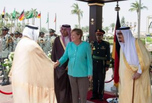 Angela Merkel senza velo dal re dell'Arabia Saudita FOTO