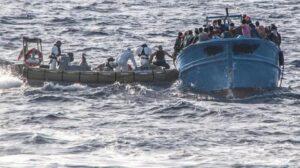 """Migranti, gli 007 accusano: """"Guardia costiera Libia favorisce il traffico di esseri umani"""""""