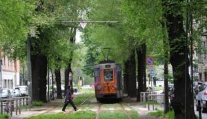 Milano, ragazza di 12 anni incastrata sotto il tram: piede amputato