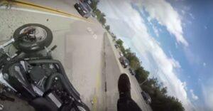 Auto gli taglia la strada: motociclista finisce sul tettuccio dell'auto in corsa