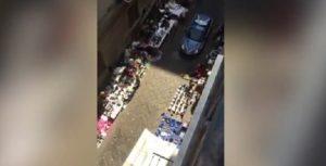 """Polizia a Napoli accusata: """"Calpesta gli ambulanti"""" ma le """"merci"""" sono in mezzo alla strada"""