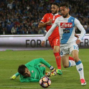 Napoli a -1 dalla Roma, 4-1 alla Fiorentina con doppietta di Mertens