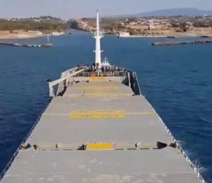 Canale Corinto troppo stretto: in time lapse il passaggio al millimetro della nave cargo