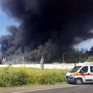 YOUTUBE Incendio a Pomezia: la nube tossica sulla Pontina