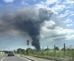 Incendio Pomezia e nube tossica, come difendersi: chiudete finestre, restate in casa