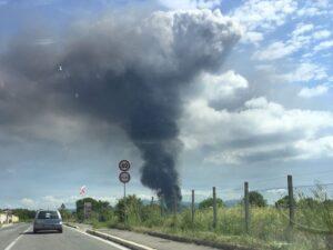 Incendio Pomezia, nube tossica e forse amianto: finestre chiuse in 21 Comuni